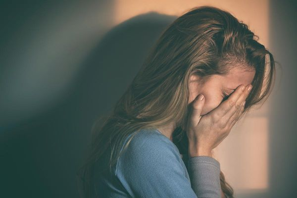goodencenter-Signs-of-Disconnection-in-Depression-and-Tips-to-Reconnect-photo-of-a-woman-sitting-alone-and-depressed